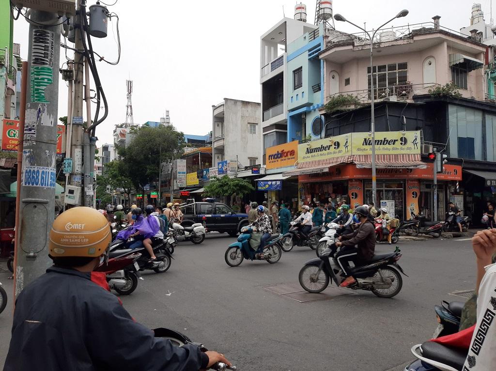 Khởi tố cô gái 24 tuổi dọa nổ bom, cướp 2,1 tỷ đồng chi nhánh ngân hàng ở Sài Gòn rồi đi sắm kim cương - Ảnh 1.