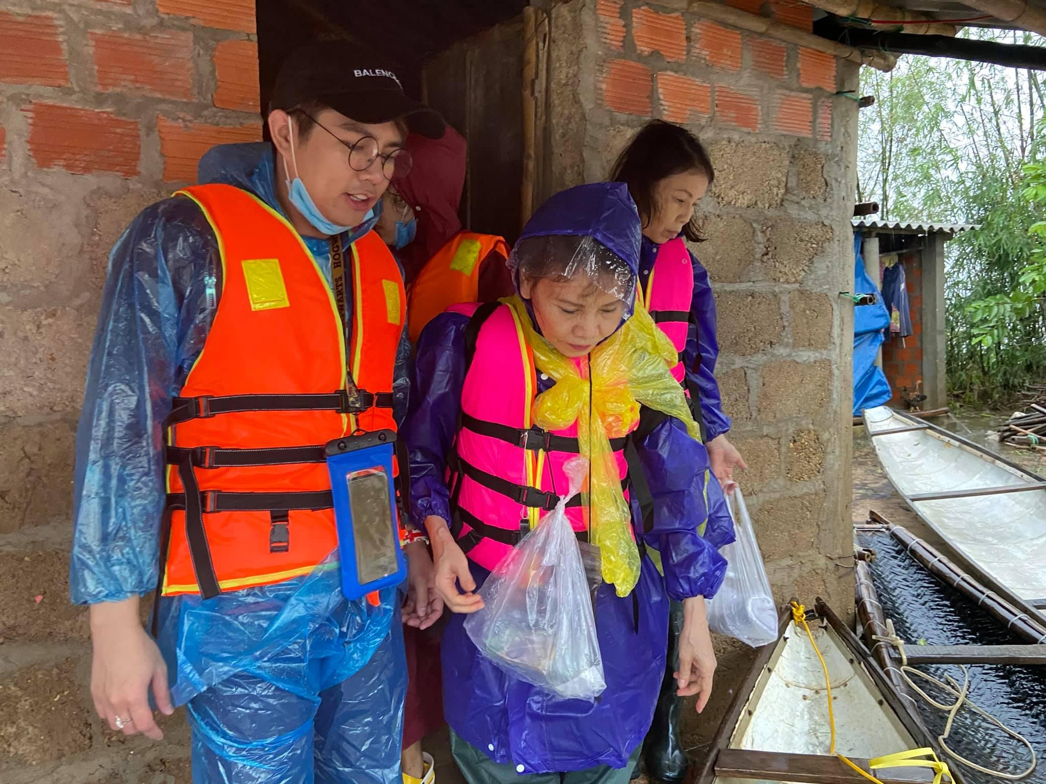 Mẹ Hồ Ngọc Hà 63 tuổi vẫn ngồi xuồng, lội nước đi cứu trợ từng nhà ở vùng ngập sâu Quảng Trị - Ảnh 4.