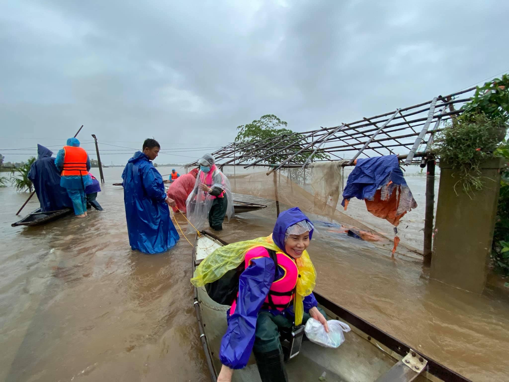 Mẹ Hồ Ngọc Hà 63 tuổi vẫn ngồi xuồng, lội nước đi cứu trợ từng nhà ở vùng ngập sâu Quảng Trị - Ảnh 2.