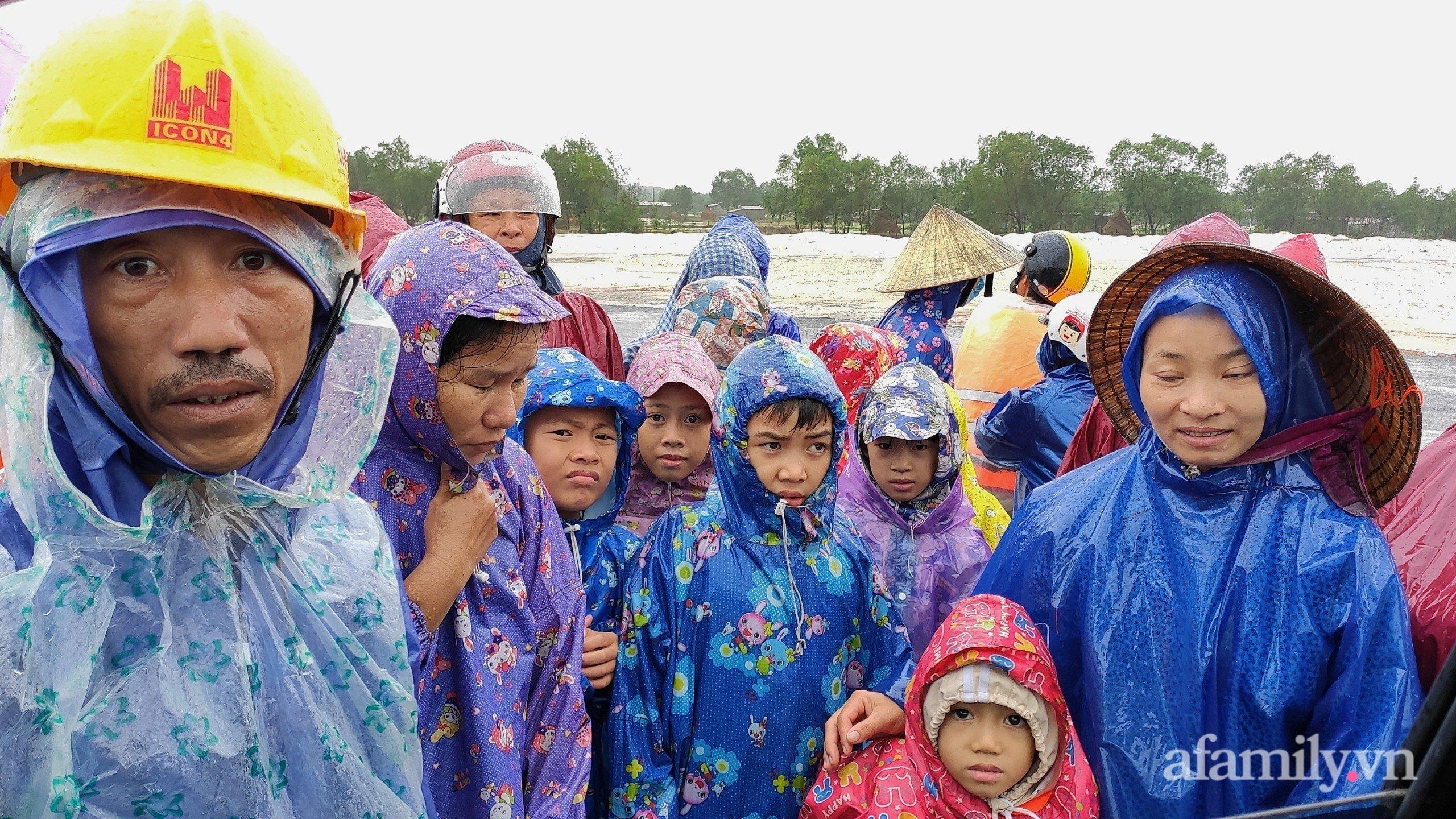 Quảng Bình: Nước ngập nhà cửa, người dân đội mưa vượt đồi cát hơn 1km ra đường quốc lộ xin đồ cứu trợ - Ảnh 4.