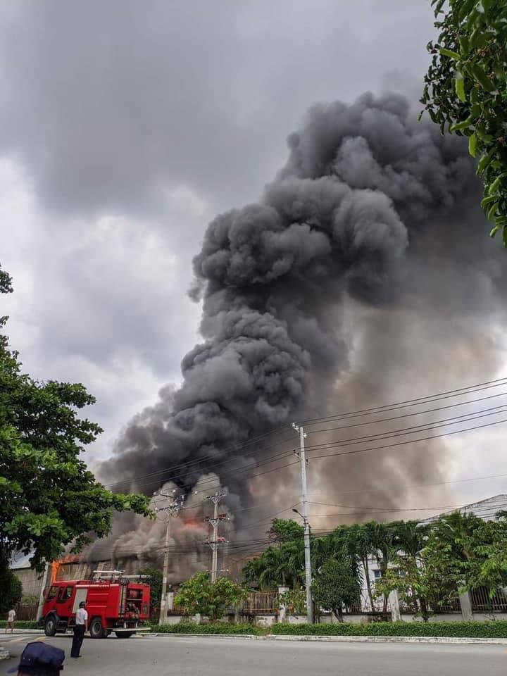 TP.HCM: Công ty sản xuất gỗ cháy rực trời, 3 nhà xưởng đổ sập trong tích tắc - Ảnh 1.