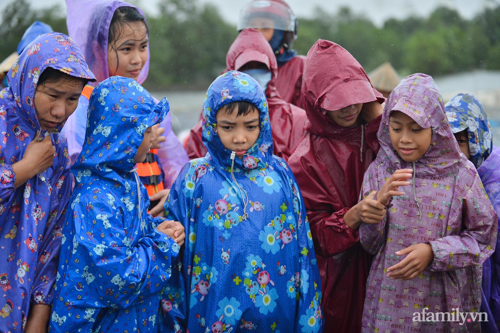 Quảng Bình: Nhà ngập sâu trong trận lũ lịch sử, người lớn, trẻ nhỏ đội mưa vượt hơn 1km băng đồi cát ra quốc lộ xin cứu trợ - Ảnh 5.