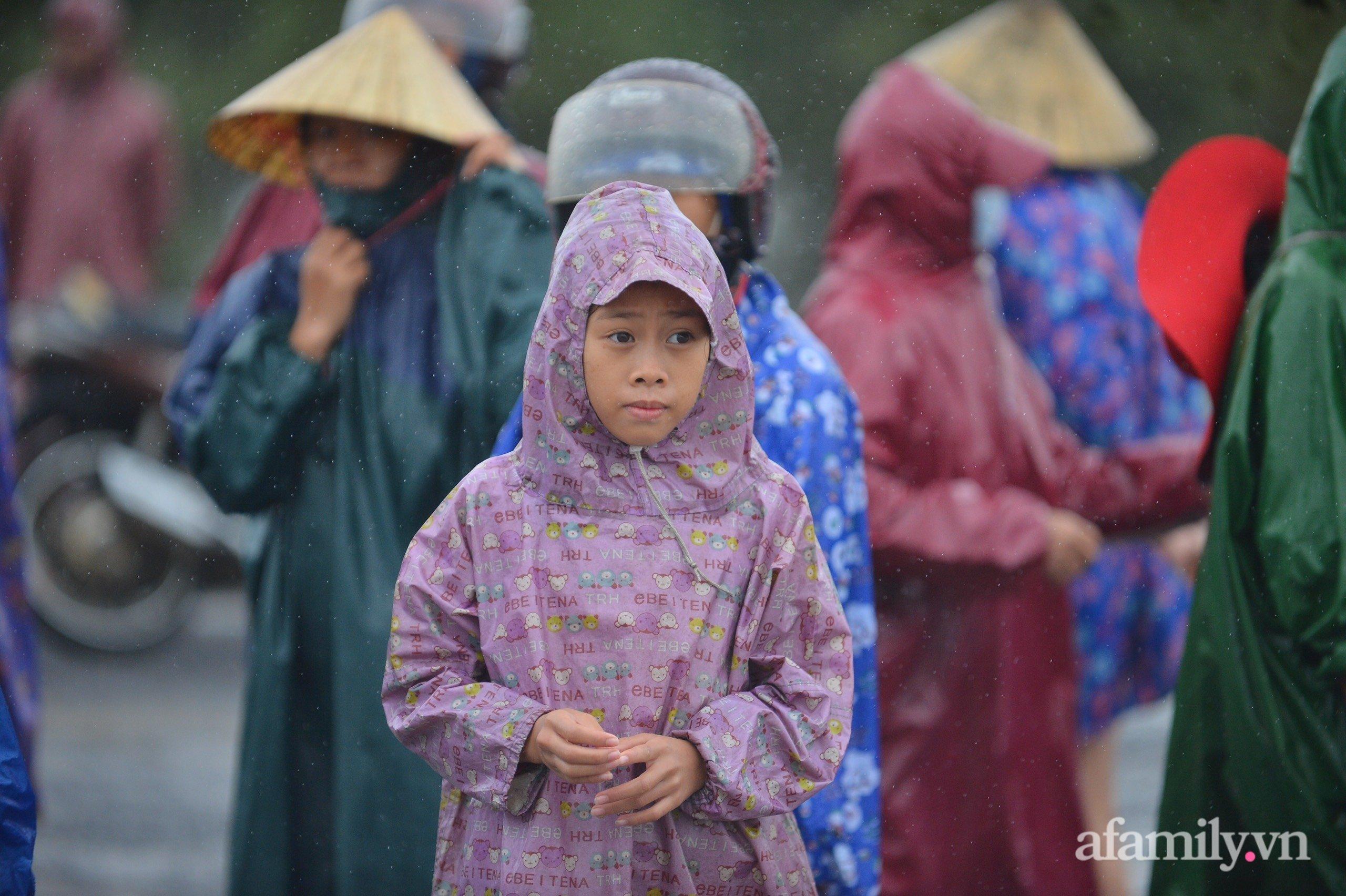 Quảng Bình: Nước ngập nhà cửa, người dân đội mưa vượt đồi cát hơn 1km ra đường quốc lộ xin đồ cứu trợ - Ảnh 6.