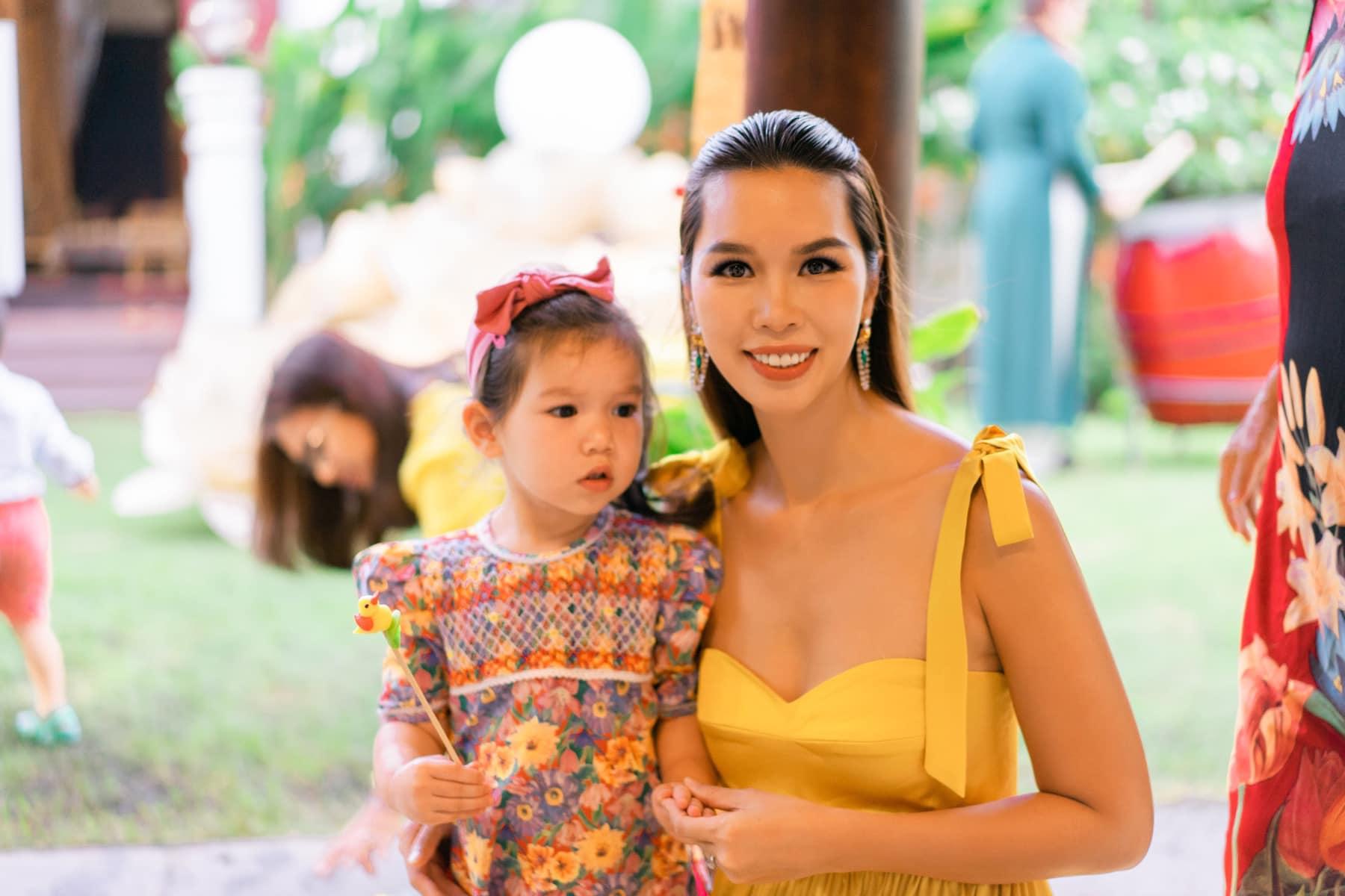 Nhiều bà mẹ nổi tiếng đứng lên kêu gọi quyên góp giúp đồng bào miền Trung: Siêu mẫu Hà Anh ủng hộ xây nhà chống lũ, bà Tân Vlog cũng gửi 50 triệu đồng qua ca sĩ Thủy Tiên - Ảnh 2.
