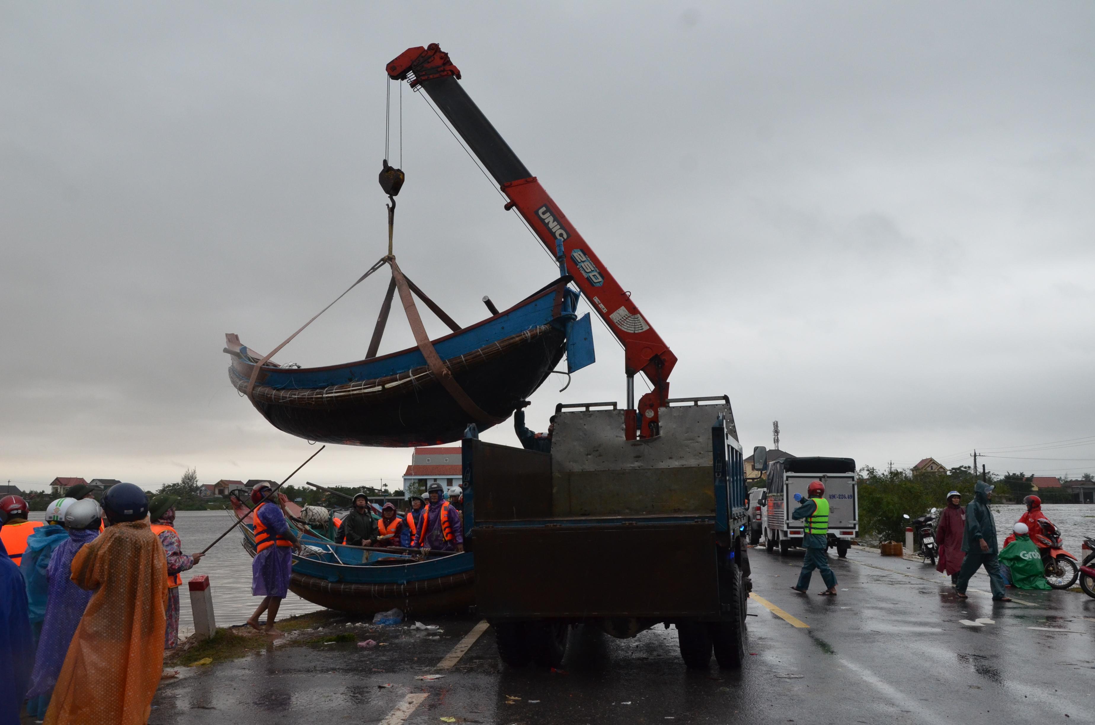 Miếng cơm ăn vội dưới mưa trên đường đưa đồ tiếp tế cho dân bị lũ cô lập ở Quảng Bình - Ảnh 1.