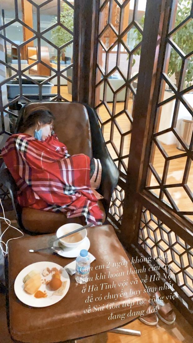 Hòa Minzy lộ mặt mộc phờ phạc, ngủ gật ở sân bay sau 2 ngày thức trắng đi cứu trợ miền Trung - Ảnh 2.