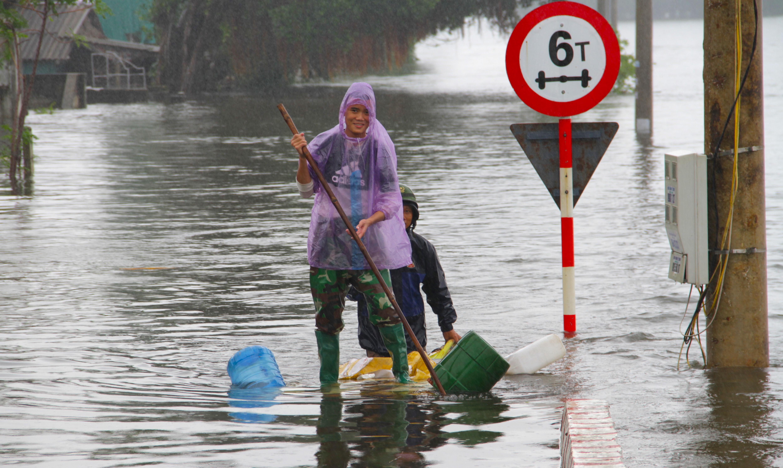Video đoàn ô tô bò trên QL1A ngập sâu, người đi xe máy bị nước lũ xô nghiêng ngả - Ảnh 8.