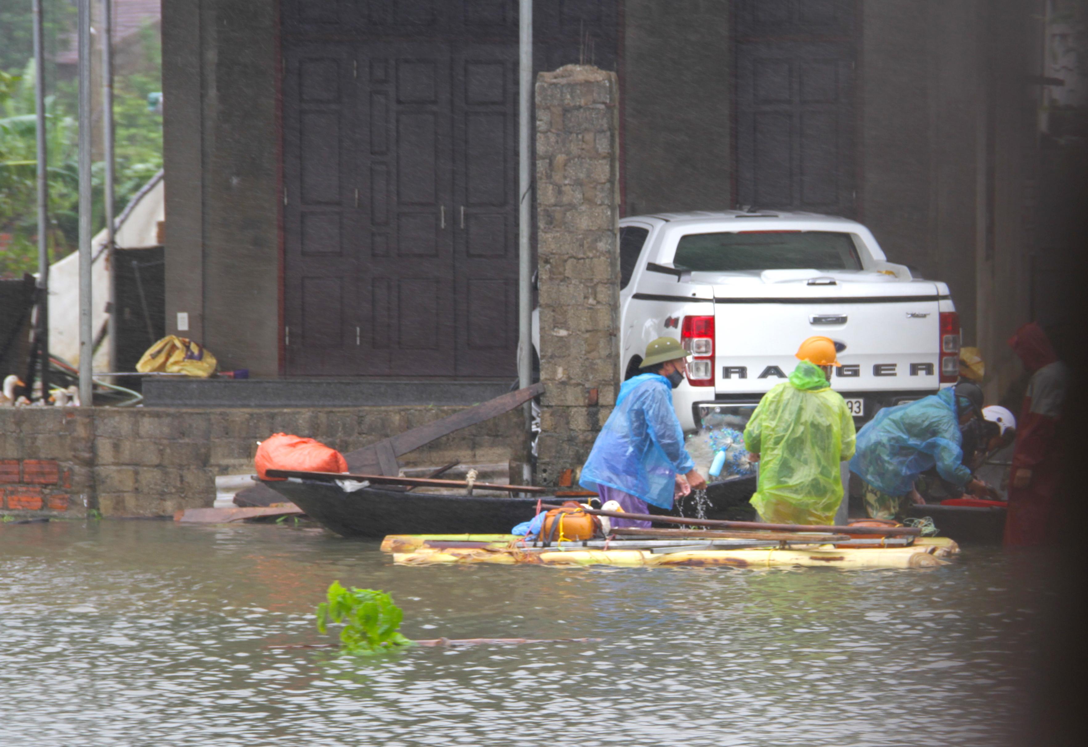 Video đoàn ô tô bò trên QL1A ngập sâu, người đi xe máy bị nước lũ xô nghiêng ngả - Ảnh 9.