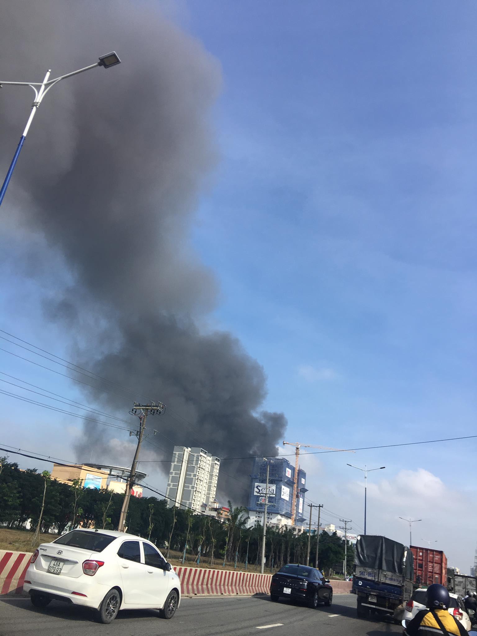 Bình Dương: Đang cháy lớn tại công ty xử lý môi trường, suốt 5 tiếng lửa vẫn chưa tắt - Ảnh 1.