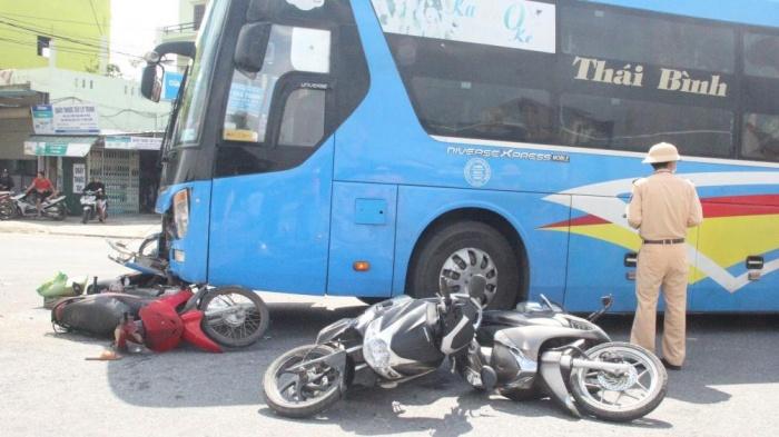 Xe khách đâm nhiều xe máy đang dừng chờ đoàn xe tang chở liệt sỹ Đoàn 337, người bị thương - Ảnh 3.