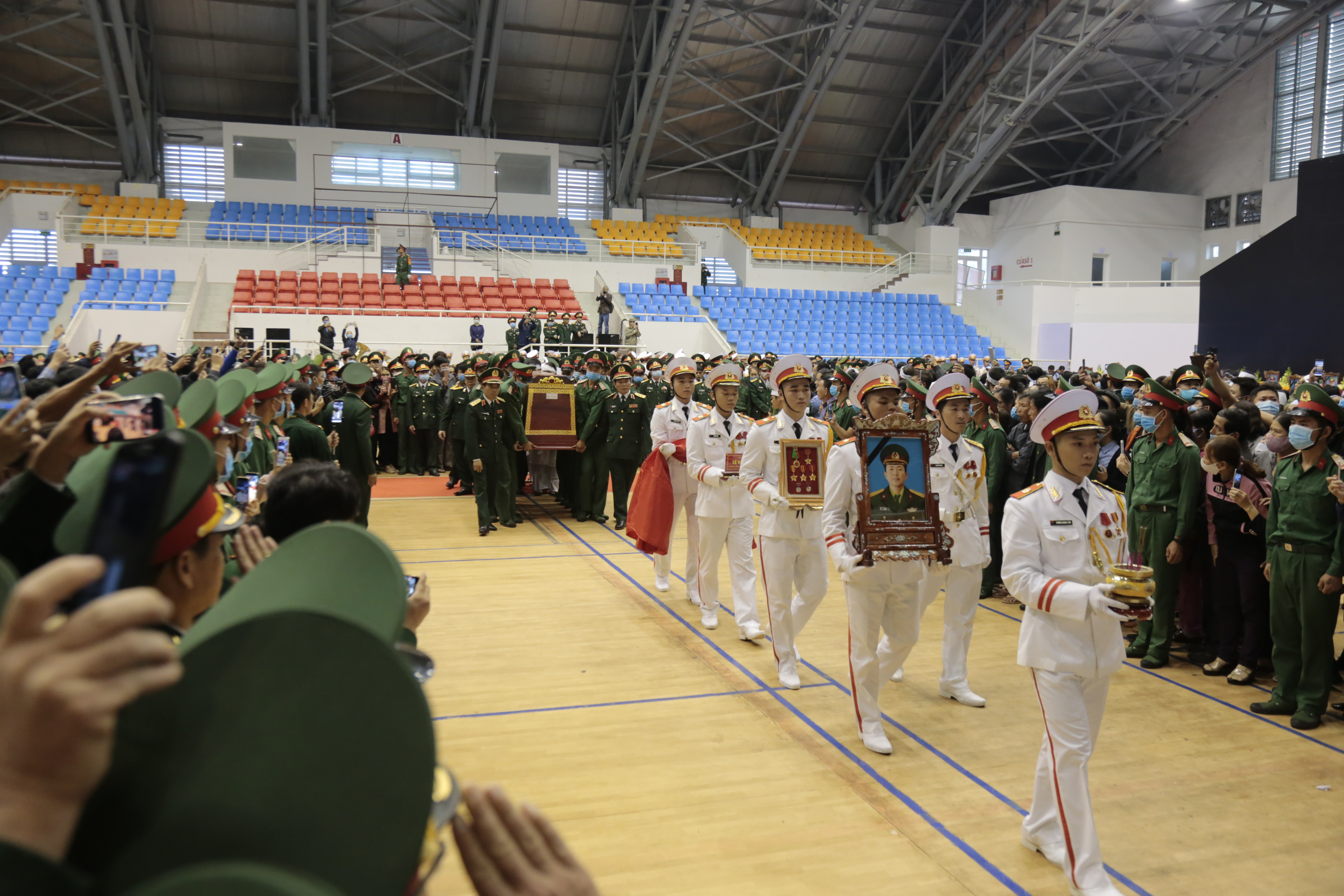 Những dòng sổ tang xúc động tại lễ viếng 22 liệt sĩ hy sinh ở Quảng Trị - Ảnh 3.