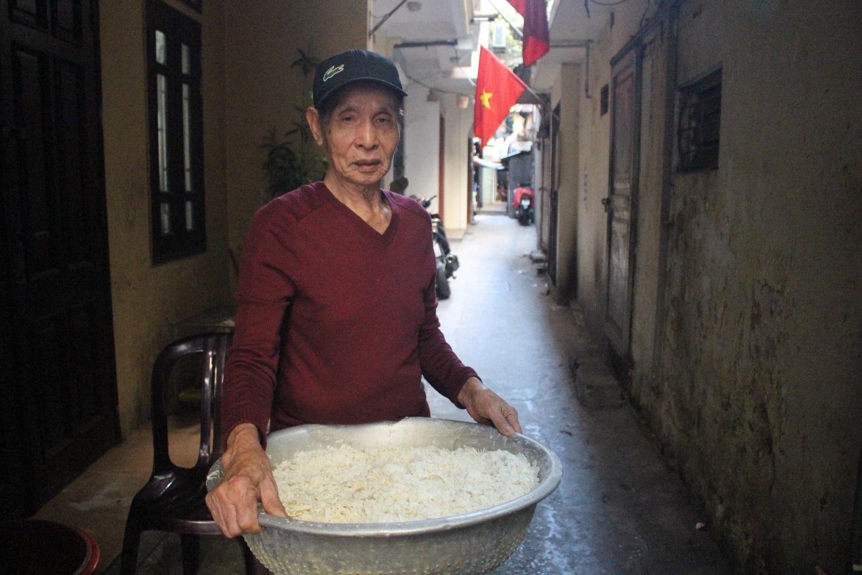 """Kỳ lạ món ăn độn nhà nghèo thời bao cấp, thành đặc sản """"xếp hàng"""" ở Hà Nội - Ảnh 3."""