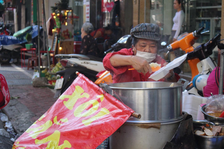 """Kỳ lạ món ăn độn nhà nghèo thời bao cấp, thành đặc sản """"xếp hàng"""" ở Hà Nội - Ảnh 4."""
