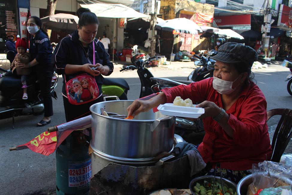 """Kỳ lạ món ăn độn nhà nghèo thời bao cấp, thành đặc sản """"xếp hàng"""" ở Hà Nội - Ảnh 6."""