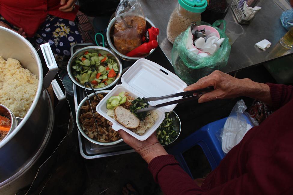 """Kỳ lạ món ăn độn nhà nghèo thời bao cấp, thành đặc sản """"xếp hàng"""" ở Hà Nội - Ảnh 7."""