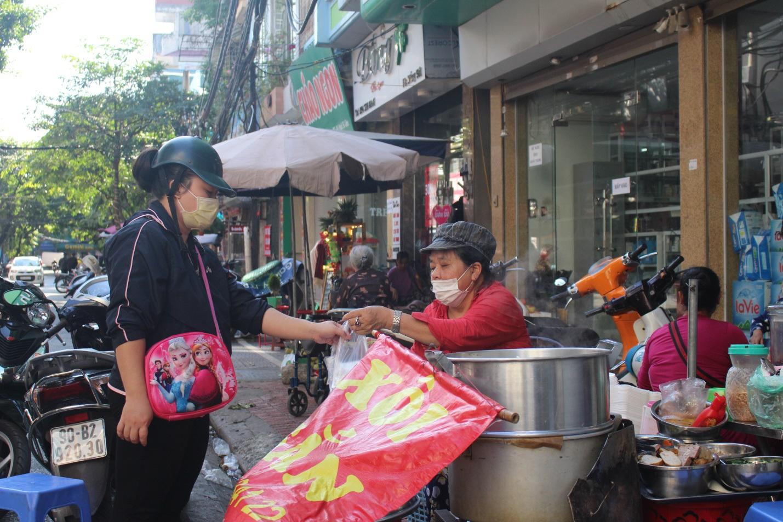 """Kỳ lạ món ăn độn nhà nghèo thời bao cấp, thành đặc sản """"xếp hàng"""" ở Hà Nội - Ảnh 8."""
