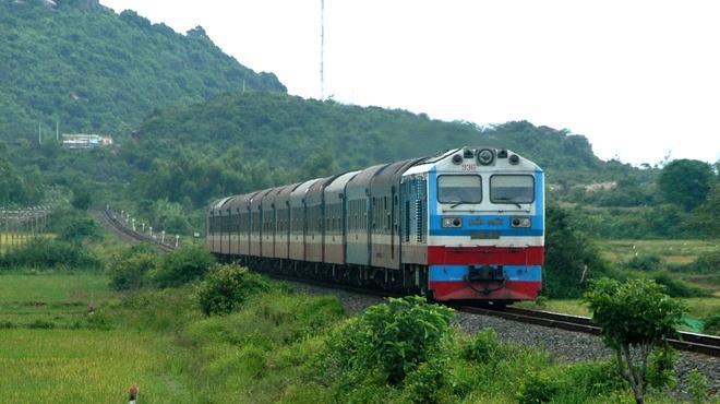 Đường sắt Việt Nam vận chuyển miễn phí hàng cứu trợ đến vùng lũ lụt - Ảnh 1.