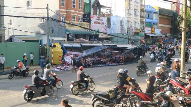 Xe tải chở bia trôi tự do, nghiền nát hàng chục xe máy - Ảnh 1.