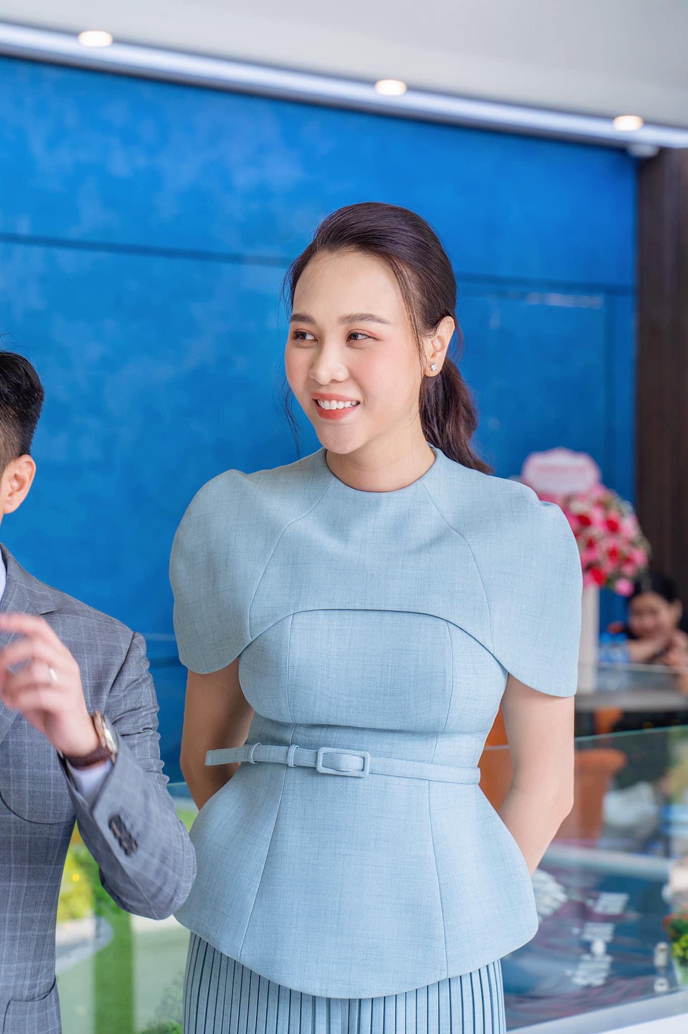"""Đàm Thu Trang khoe nhan sắc """"mẹ bỉm sữa"""" nhưng vẫn cố tình giấu dáng sau sinh - Ảnh 3."""
