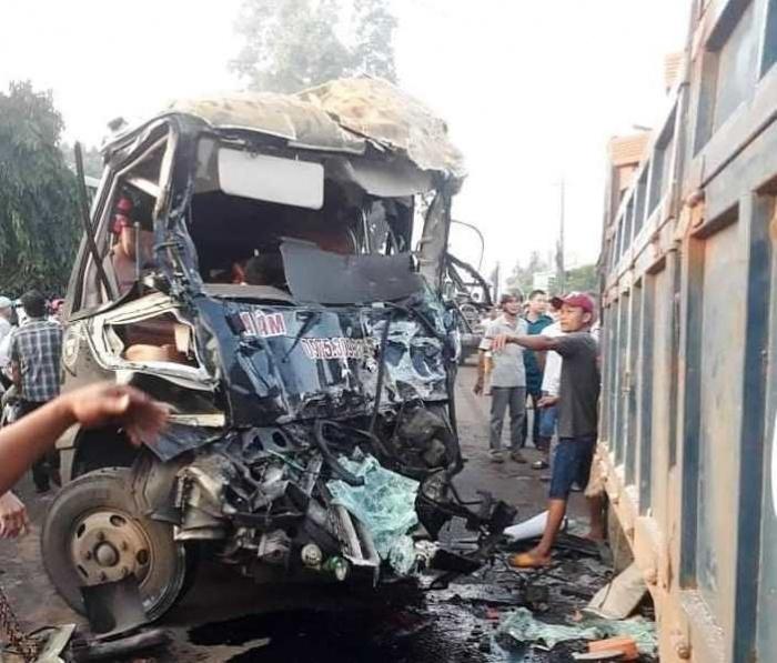 Xe tải đối đầu với xe khách, 2 tài xế thương vong  - Ảnh 1.
