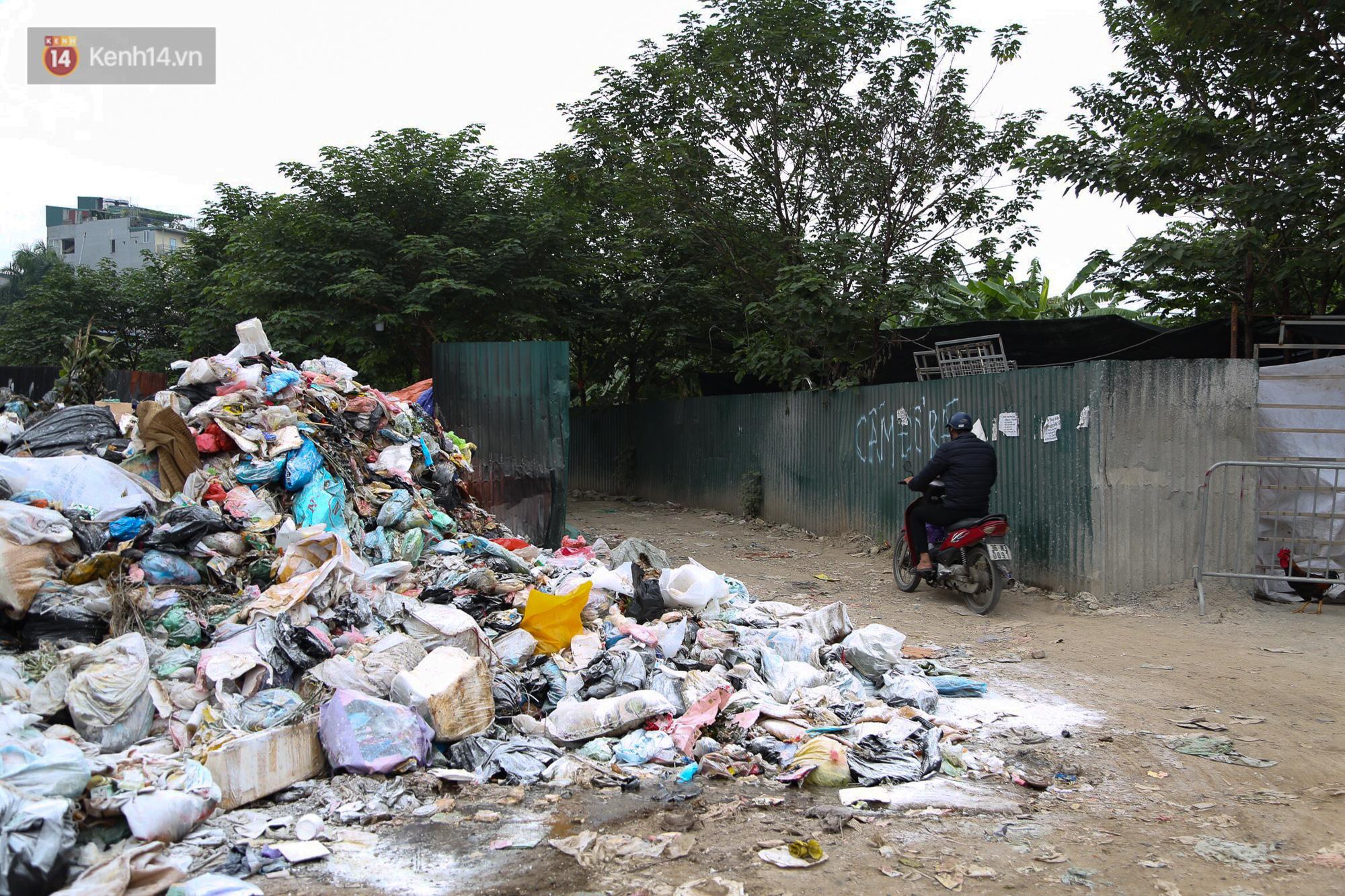 Ảnh, clip: Người Hà Nội lại ngộp thở vì rác thải chất thành đống, công nhân môi trường phải rắc vôi trắng để tạm xử lý mùi hôi - Ảnh 4.