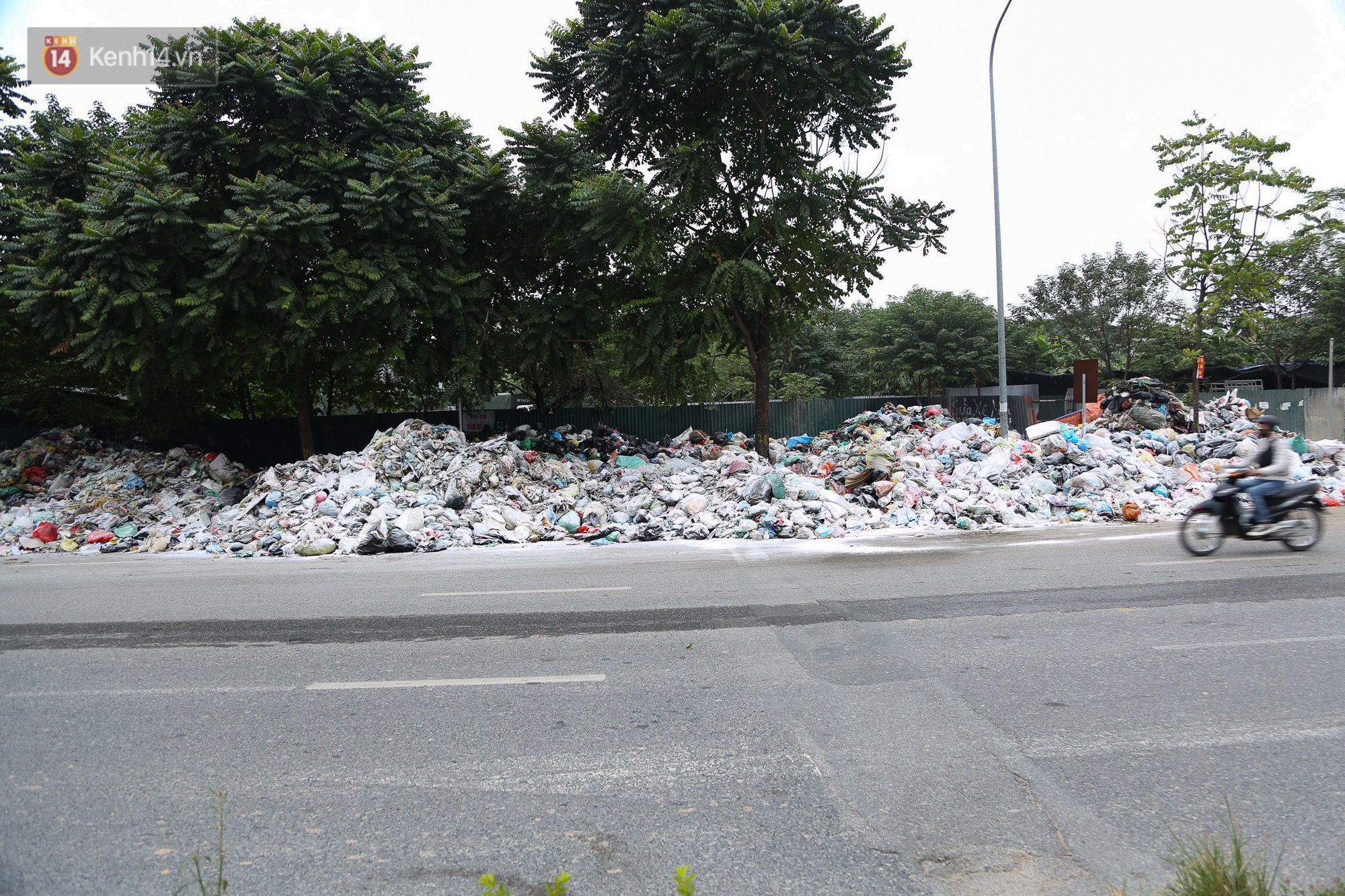 Ảnh, clip: Người Hà Nội lại ngộp thở vì rác thải chất thành đống, công nhân môi trường phải rắc vôi trắng để tạm xử lý mùi hôi - Ảnh 2.