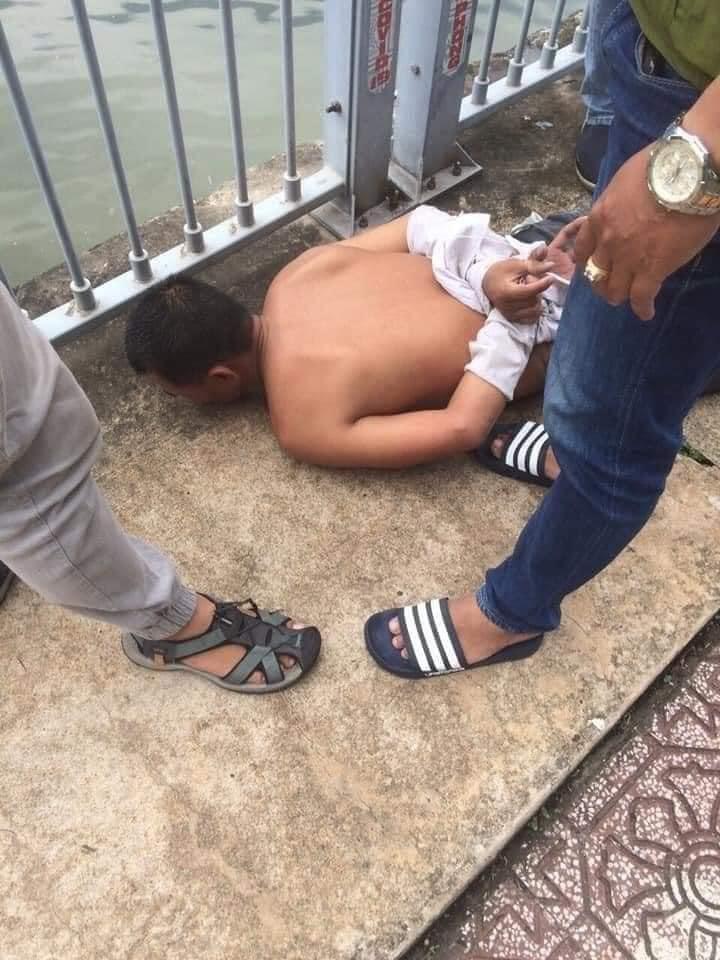 Dùng đoản bẻ khóa xe SH, tên trộm dùng bình xịt hơi cay tấn công cảnh sát hình sự khi bị truy đuổi ở Sài Gòn - Ảnh 2.