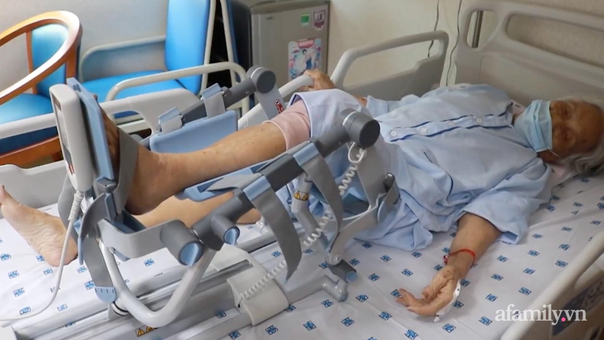 Hiếm gặp: Bác sĩ Sài Gòn lấy sỏi mặt, thay khớp háng cứu sống cụ bà 105 tuổi bất động sau khi ngã xuống sàn - Ảnh 4.