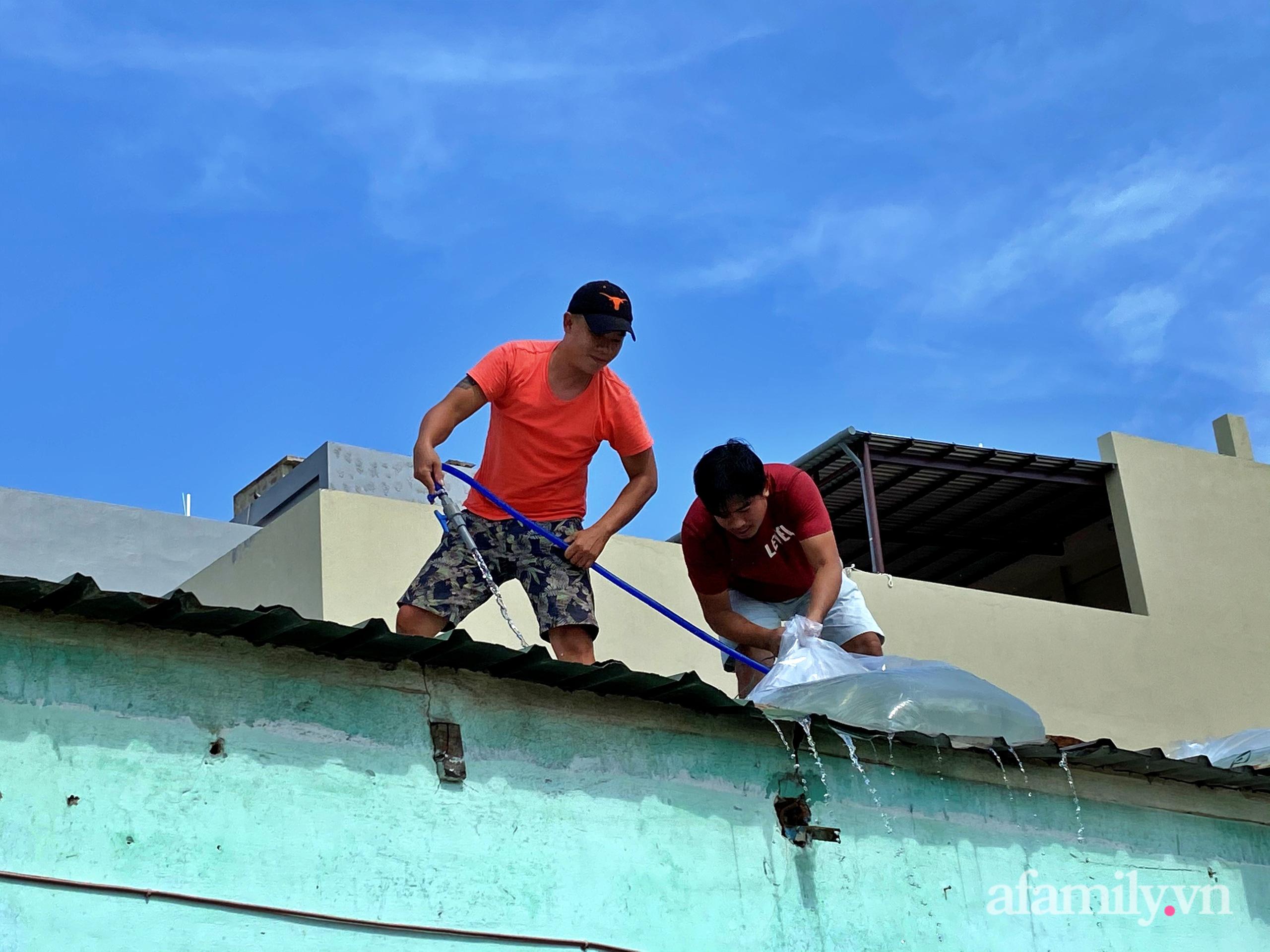 Đón siêu bão số 9 người dân chèn mái nhà bằng nước - Ảnh 4.