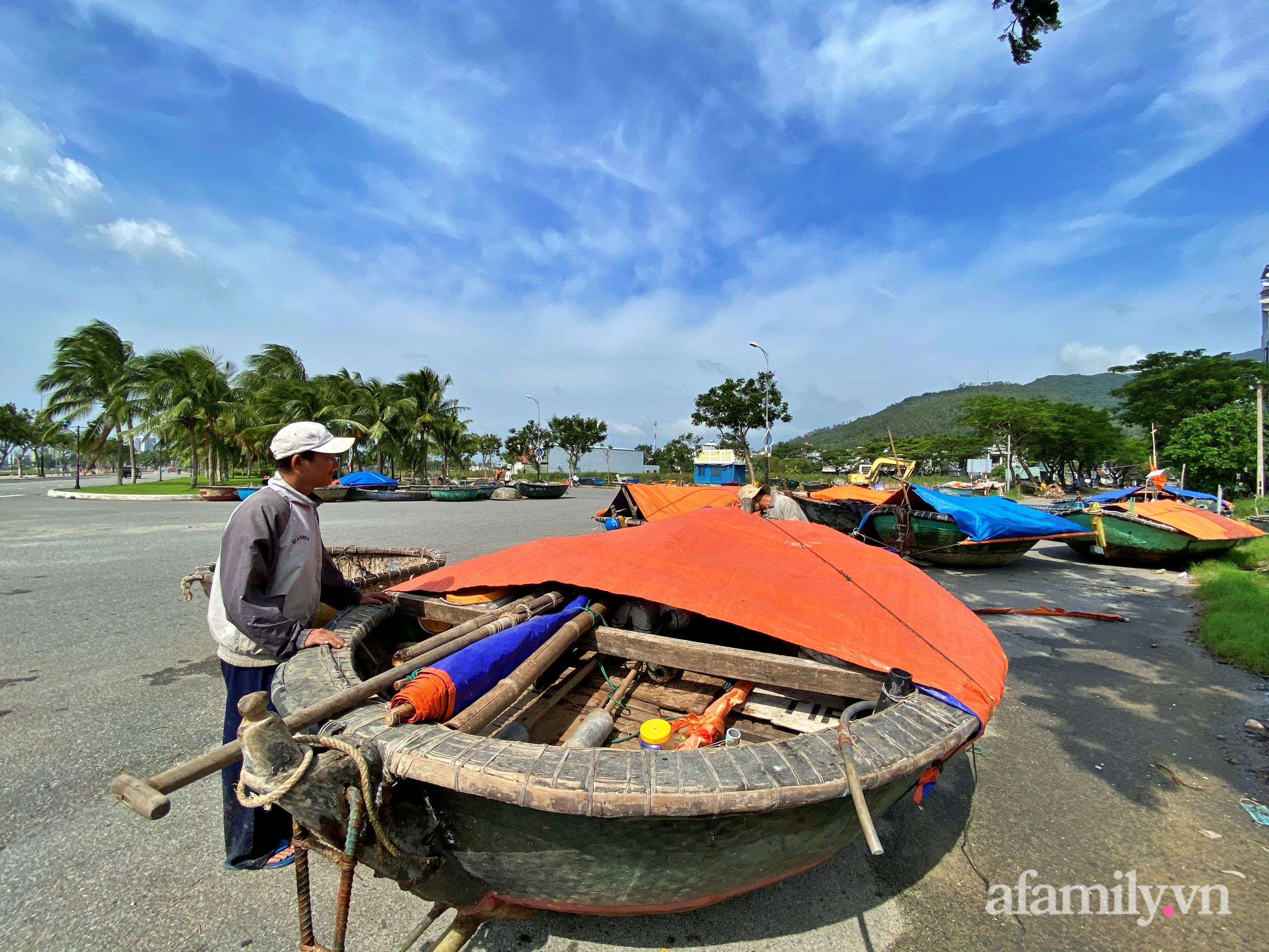 Bão số 9 đang tới gần, người dân Quảng Nam khẩn trương chằng chống nhà cửa bằng túi và can nhựa đầy nước - Ảnh 7.