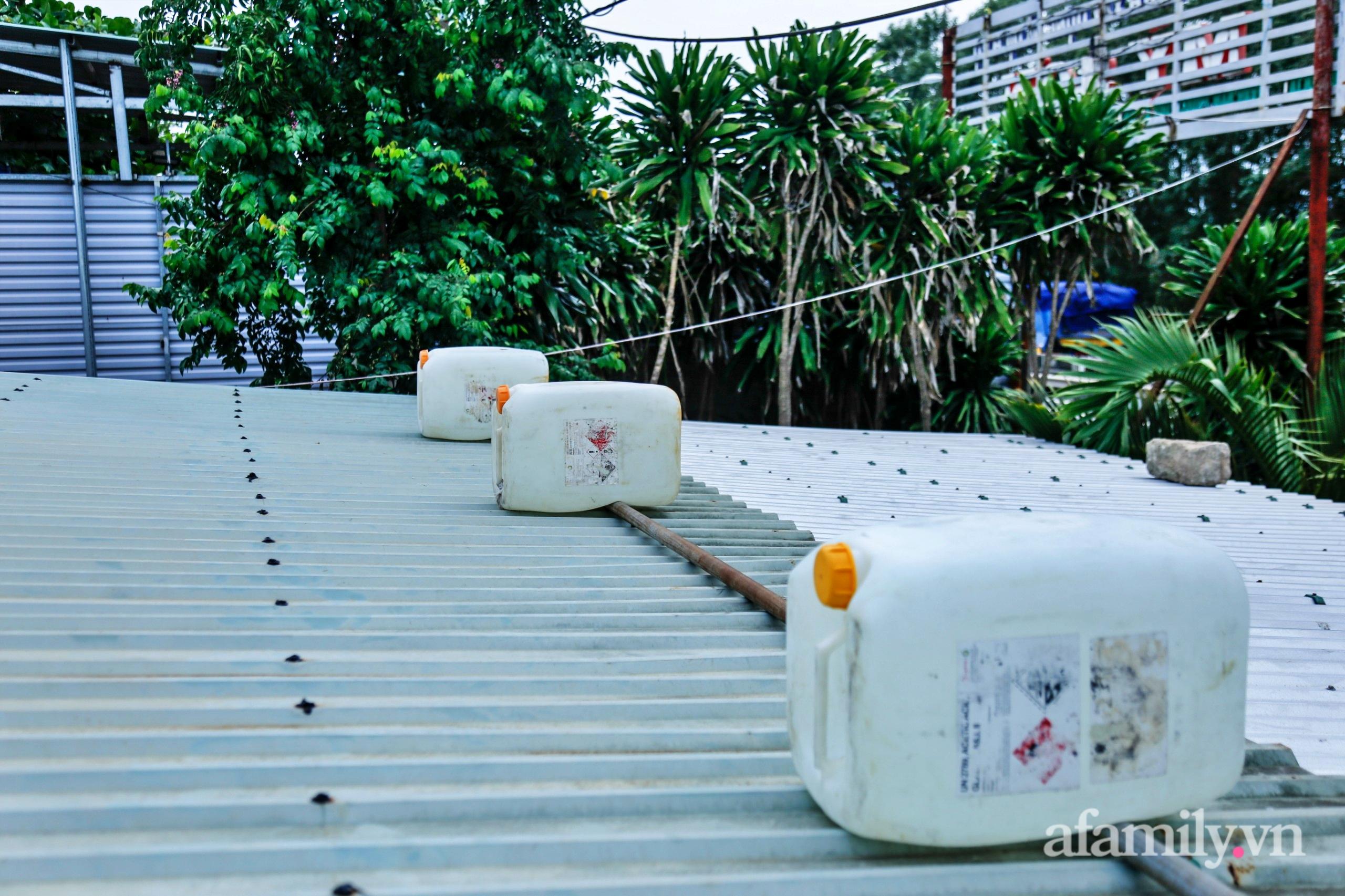 Bão số 9 đang tới gần, người dân Quảng Nam khẩn trương chằng chống nhà cửa bằng túi và can nhựa đầy nước - Ảnh 5.