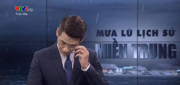 BTV của VTV nói về giây phút xúc động gây gián đoạn chương trình phát sóng trực tiếp về mưa lũ miền Trung - Ảnh 2.