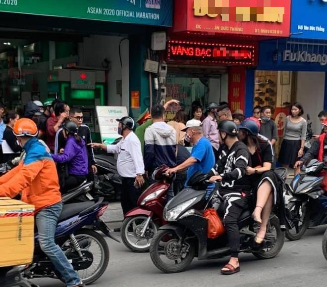 Nam thanh niên táo tợn cầm dao lao vào cướp tiệm vàng giữa ban ngày ở Hà Nội - Ảnh 1.