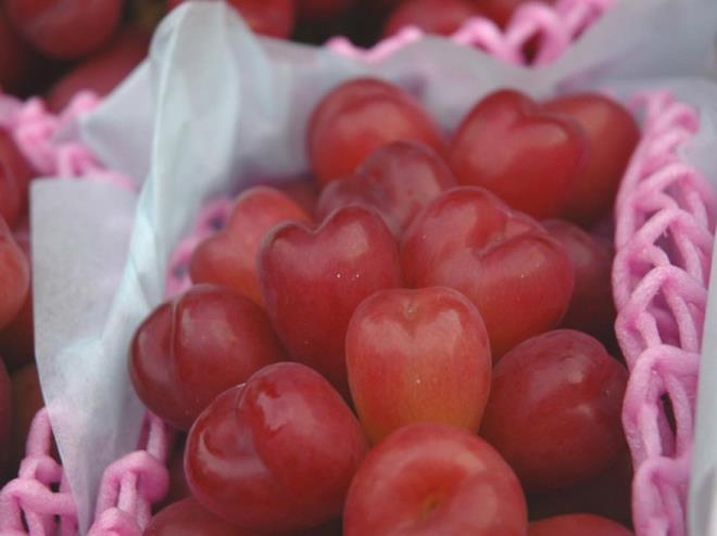 Nho Nhật hình trái tim giá hơn 2 triệu đồng/kg hút nhà giàu Việt - Ảnh 2.