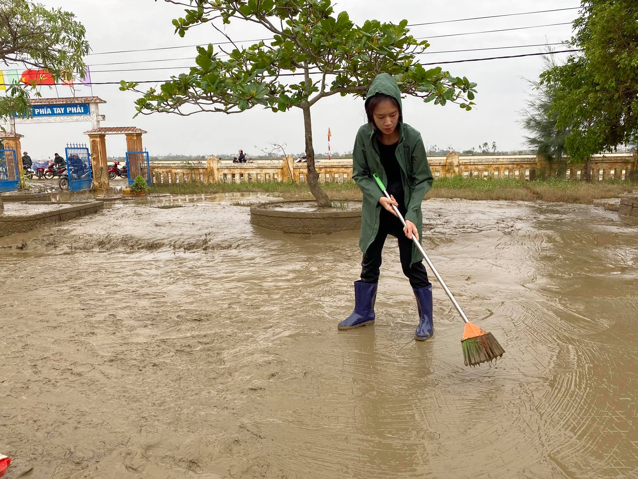 Vợ chồng Lý Hải - Minh Hà tất bật dọn rửa bùn non sau lũ ở miền Trung - Ảnh 2.