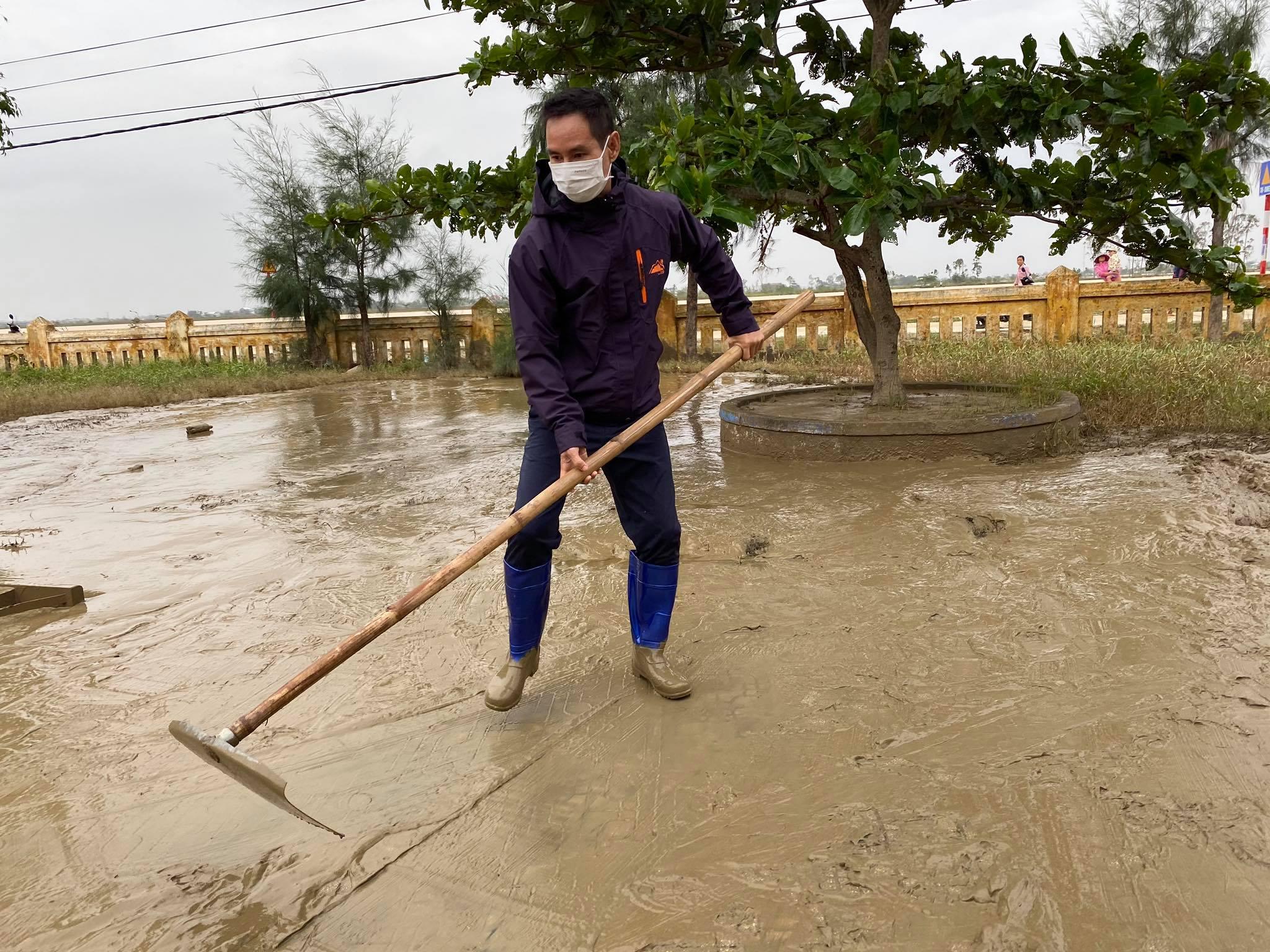 Vợ chồng Lý Hải - Minh Hà tất bật dọn rửa bùn non sau lũ ở miền Trung - Ảnh 3.