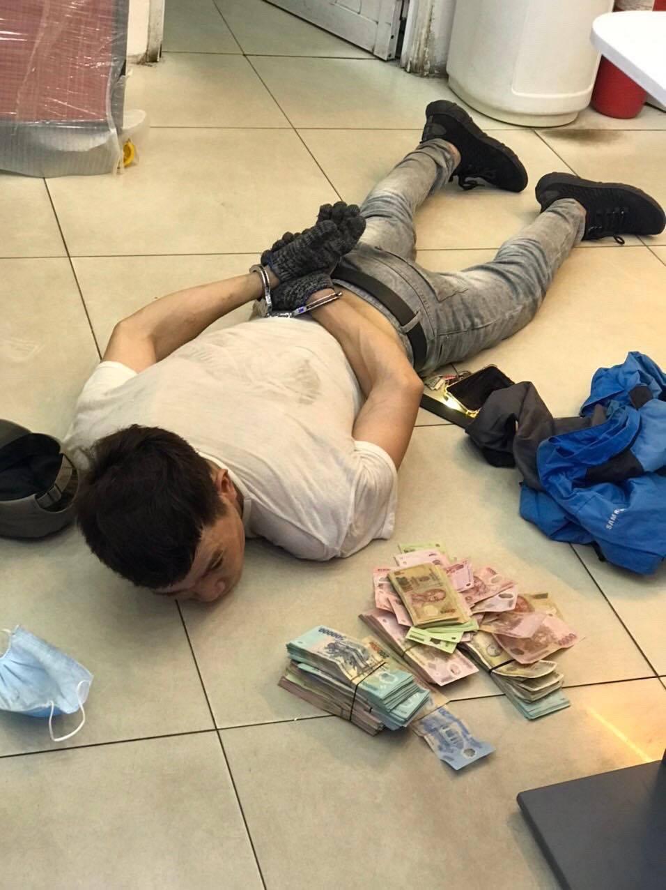 Gã trai đu dây đột nhập cửa hàng FPT Shop phá két sắt, lấy trộm 120 triệu đồng ở Sài Gòn - Ảnh 3.