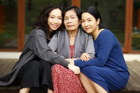 Ngọc Trinh khoe nhan sắc hack tuổi, Mỹ Linh đăng ảnh chụp '3 thế hệ' trong nhà - Ảnh 2.