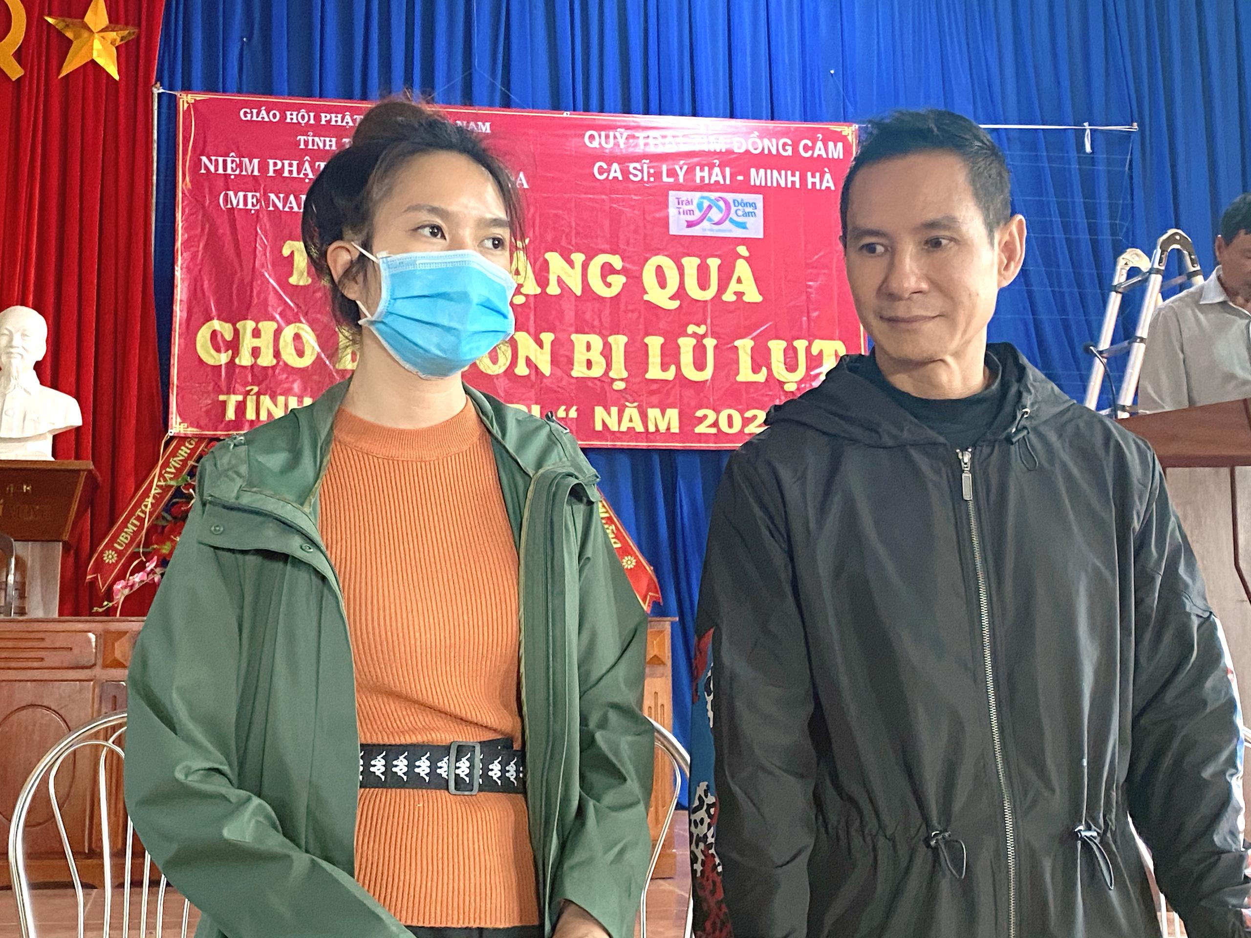 Vợ chồng Lý Hải - Minh Hà tất bật dọn rửa bùn non sau lũ ở miền Trung - Ảnh 7.