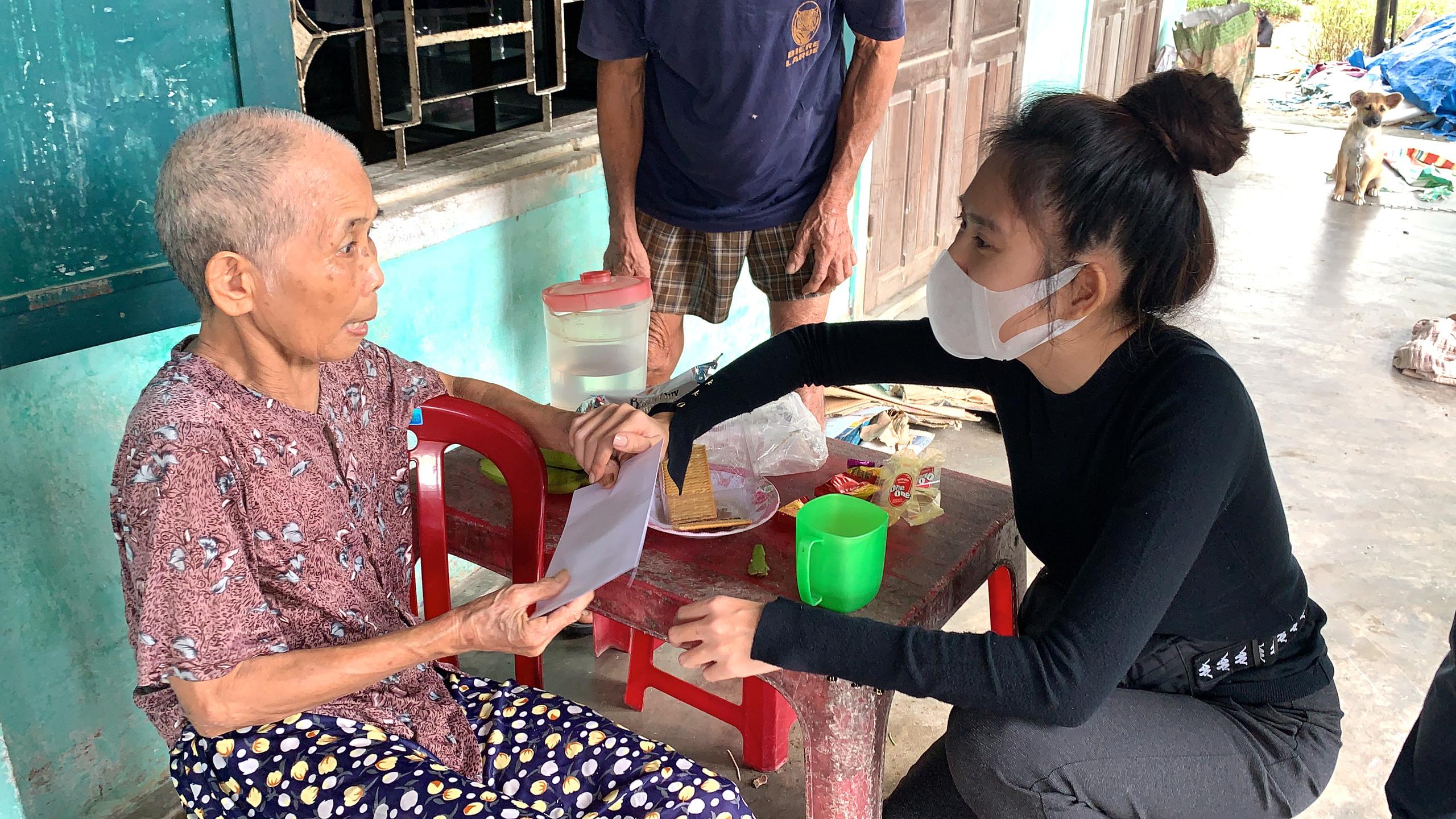 Vợ chồng Lý Hải - Minh Hà tất bật dọn rửa bùn non sau lũ ở miền Trung - Ảnh 6.