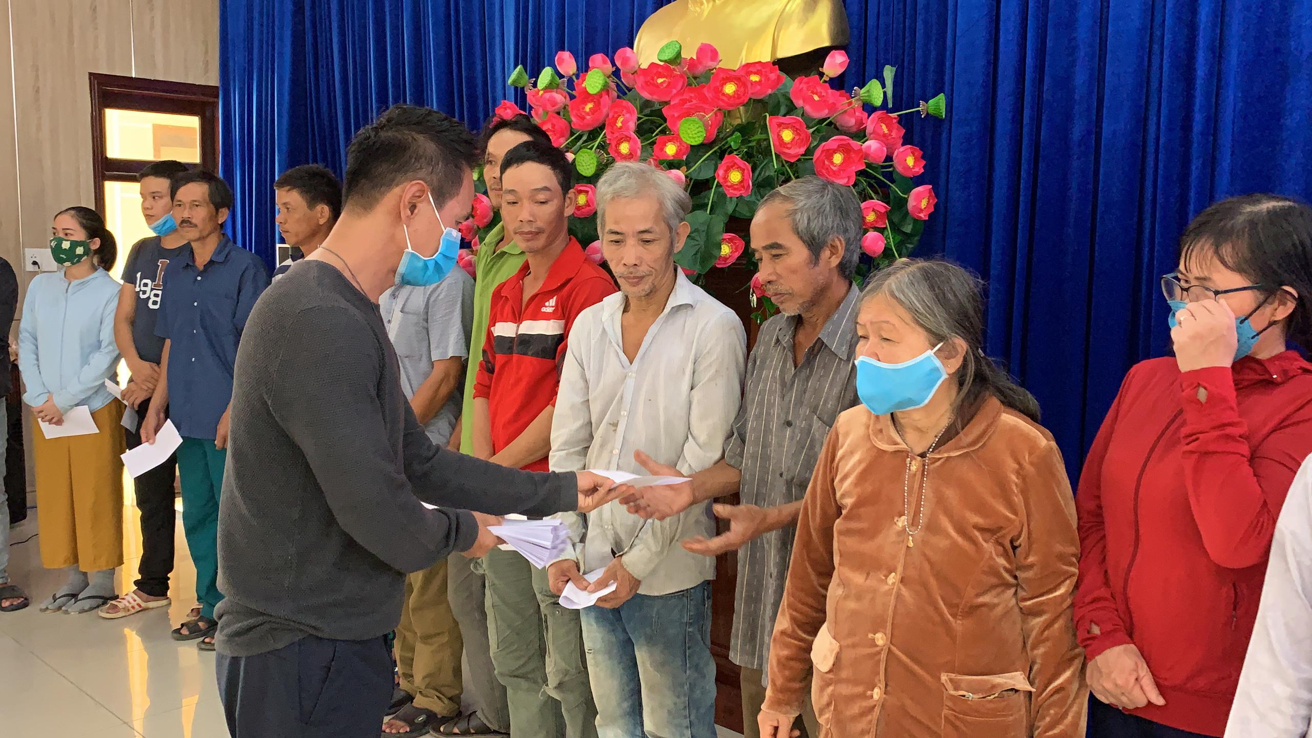 Vợ chồng Lý Hải - Minh Hà tất bật dọn rửa bùn non sau lũ ở miền Trung - Ảnh 8.