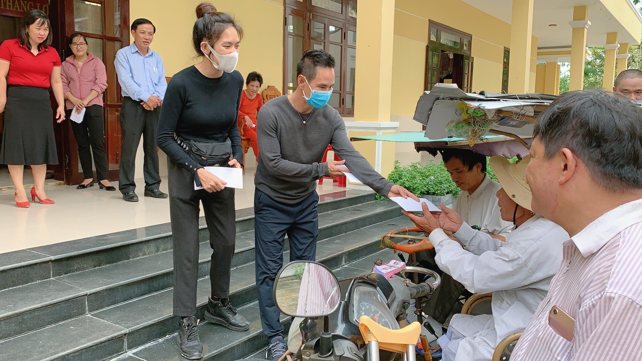 Vợ chồng Lý Hải - Minh Hà tất bật dọn rửa bùn non sau lũ ở miền Trung - Ảnh 5.