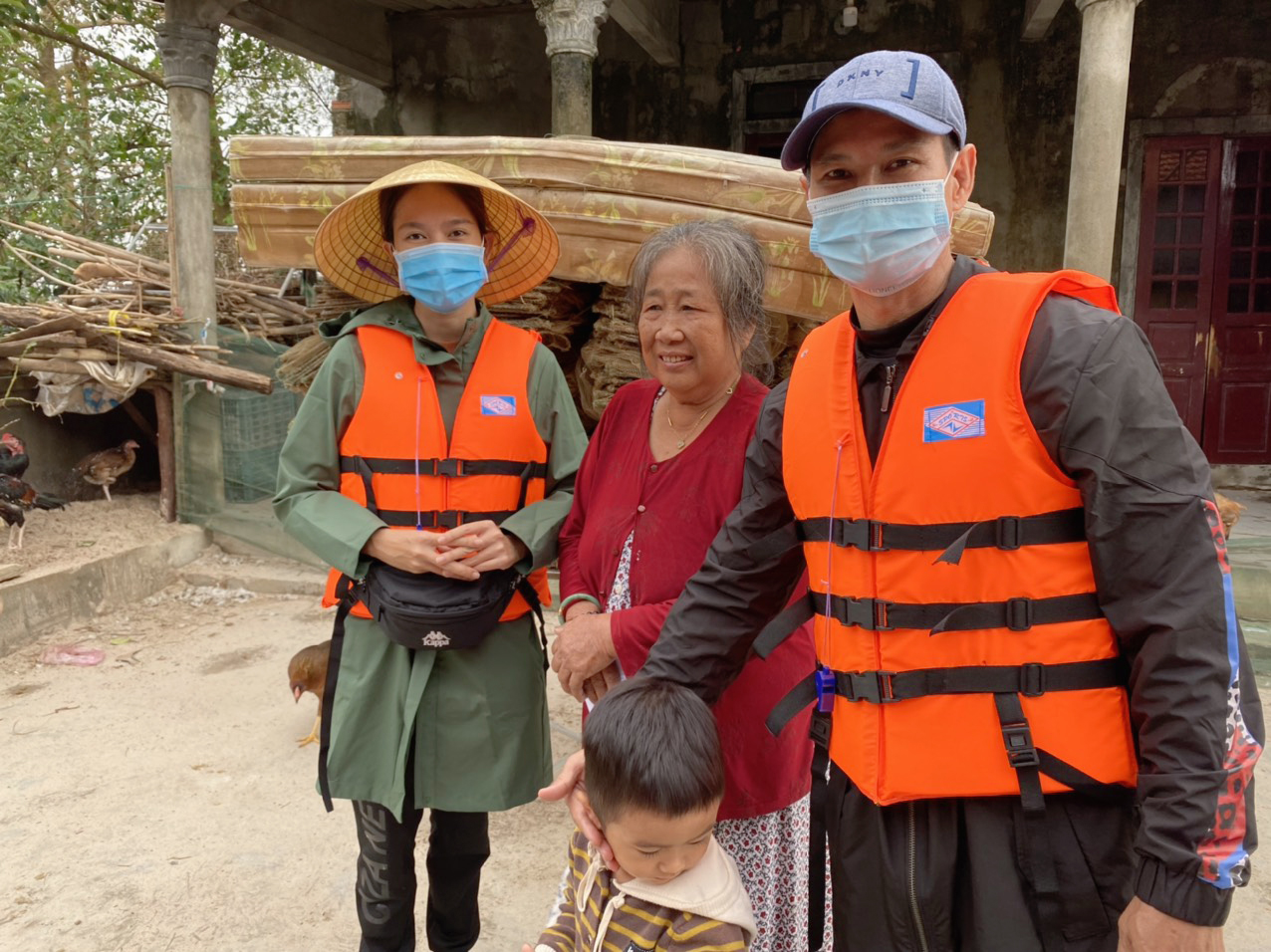 Vợ chồng Lý Hải - Minh Hà tất bật dọn rửa bùn non sau lũ ở miền Trung - Ảnh 11.