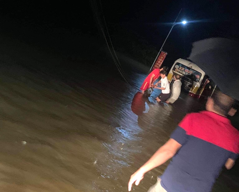 Liều mình băng qua dòng nước lũ, xe buýt chết máy giữa đường khiến nhiều người thót tim - Ảnh 3.