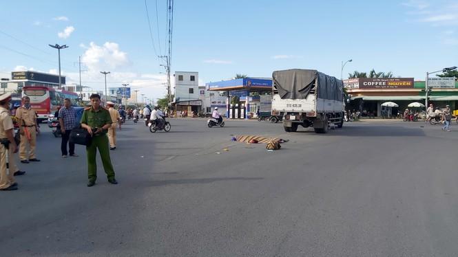 Xe khách mất lái tông vào dải phân cách, 4 người thương vong - Ảnh 2.