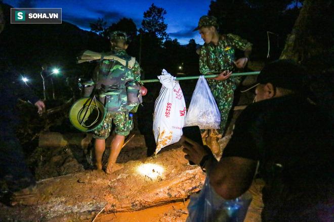 Bộ đội xuyên đêm băng rừng, vượt bùn lầy ngập nửa người để tiếp tế lương thực cho Trà Leng - Ảnh 3.