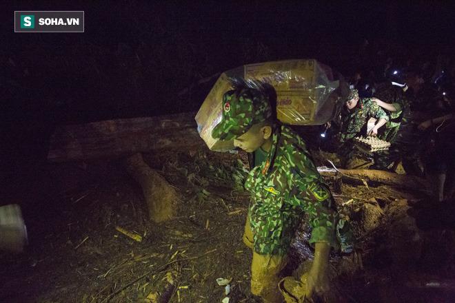 Bộ đội xuyên đêm băng rừng, vượt bùn lầy ngập nửa người để tiếp tế lương thực cho Trà Leng - Ảnh 5.