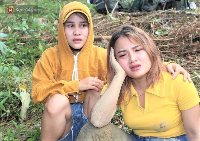 Vụ sạt lở vùi lấp cả ngôi làng ở Trà Leng: Cô giáo chết lặng nhặt từng tấm giấy khen lấm lem bùn đất của 4 học trò gặp nạn - Ảnh 4.