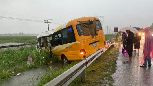 Xe khách mất lái tông vào dải phân cách, 4 người thương vong - Ảnh 1.