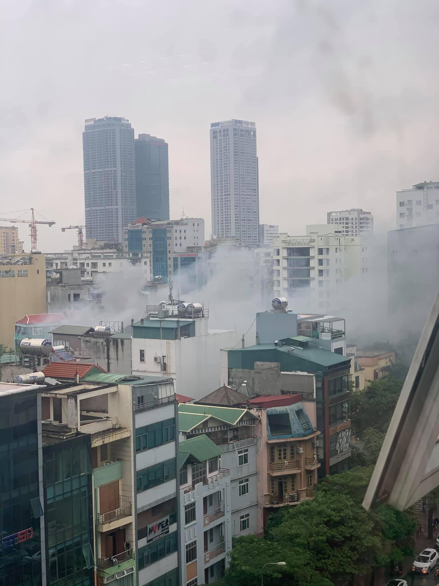 Hà Nội: Cháy quán ăn khiến giao thông tê liệt đúng giờ tan tầm - Ảnh 1.
